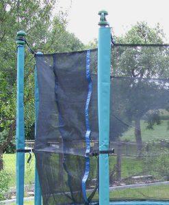 Grüne Schutzhülle für Sicherheitsnetz-Stangen am Trimilin-Fun Gartentrampolin